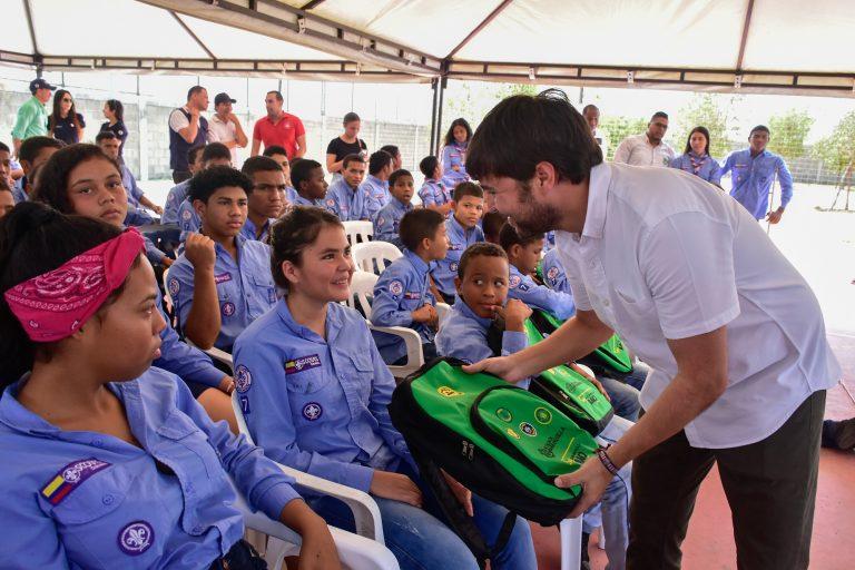 Entrega de kits escolares del alcalde Jaime Pumarejo y la primera dama Silvana Puello en el internado Monseñor Víctor Tamayo